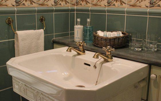 caturns-bathroom-shower-room-sink-somerset-quantock-coombe-web-(3)